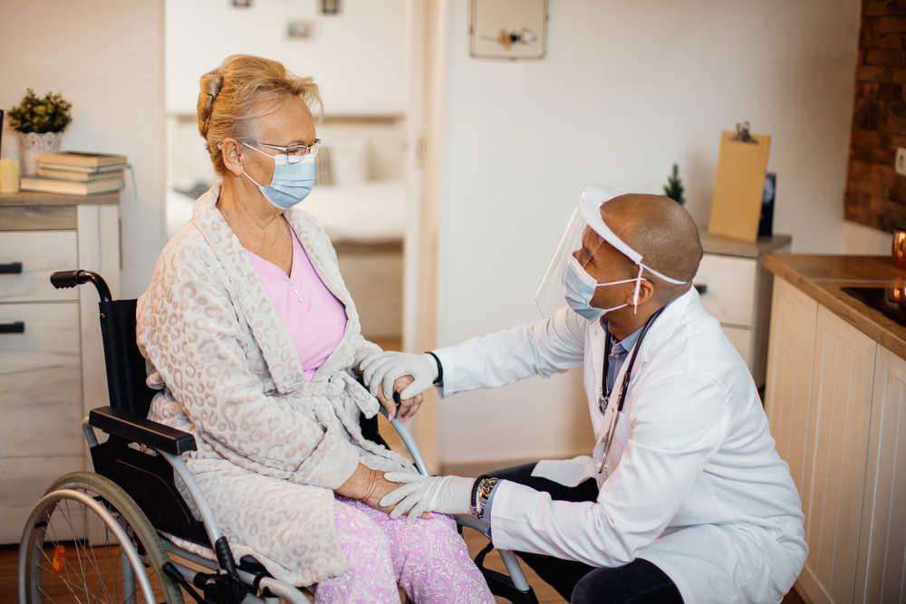 Sí, la vacuna es efectiva en las residencias de ancianos